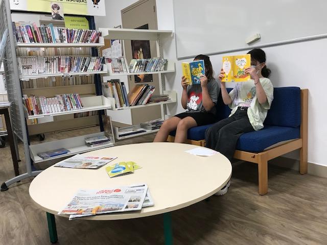Lectrices dévorant des livres